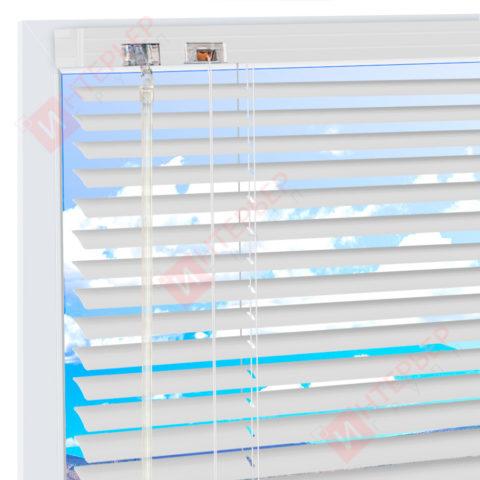 Горизонтальные алюминиевые жалюзи на пластиковые окна - цвет серебристый металлик